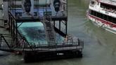Warga bersantai di kolam renang yang berada di kanal Donaukanal, Wina, Austria. Kota seluas 414 ribu km persegi ini dihuni sebanyak 1,7 juta orang. (REUTERS/Heinz-Peter Bader)