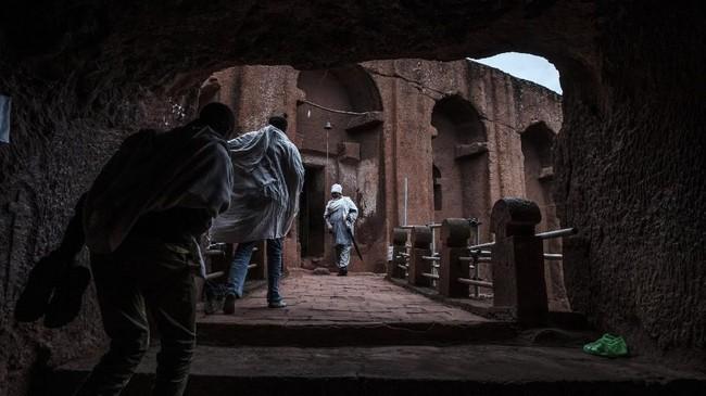 Nama Lalibela diambil dari nama Raja gebre Mesqel Lalibela, seorang pemimpin abad ke-13 yang menurut cerita setempat, membangun 11 gereja dengan bantuan malaikat setelah mendapat inspirasi untuk membangun Yerusalem Baru. (Photo by EDUARDO SOTERAS / AFP)
