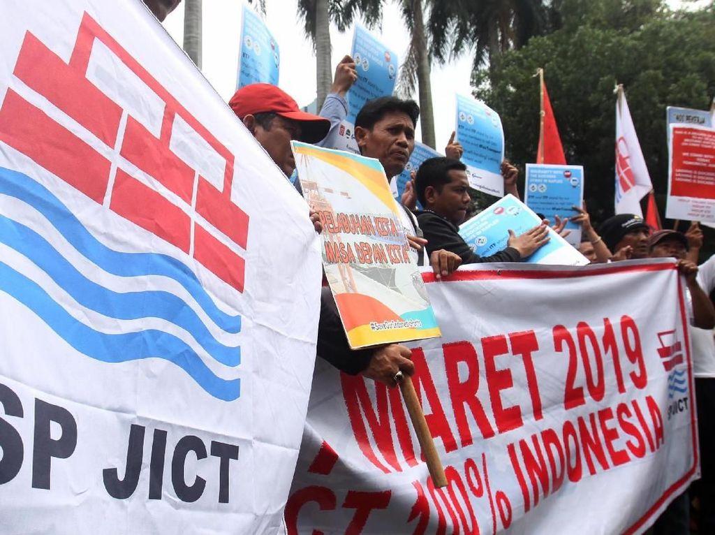 Aksi demonstrasi ini untuk mendorong pemerintah bersikap terhadap kasus privatisasi pelabuhan nasional terbesar JICT jelang akhir kontrak asing Hutchison yang segera berakhir pada 27 Maret 2019. Foto: dok. SP JICT