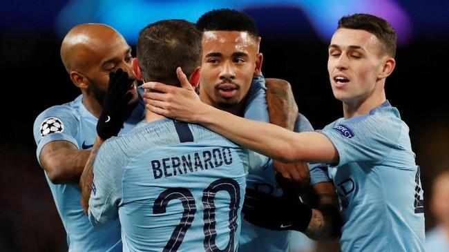 Gabriel Jesus mendapat sambutan dari rekan-rekannya setelah mencetak gol yang membuat skor menjadi 7-0 pada menit ke-84. (Action Images via Reuters/Lee Smith)