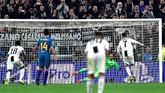 Ronaldo memastikan hattrick melalui eksekusi penalti pada menit ke-86. Juventus mendapat hadiah penaltisetelah Bernardeschi dijatuhkan Angel Correa. (REUTERS/Massimo Pinca)