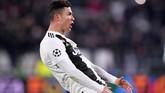 Ada insiden unik usai Ronaldo mencetak hattrick untuk Juventus. Ia merayakan golnya menirukan selebrasi kontroversial pelatih Atletico Madrid Diego Simeone. (REUTERS/Alberto Lingria)