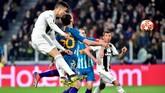 Tandukan Cristiano Ronaldo pada menit ke-27 akhirnya mampu menembus kesolidan pertahanan Atletico Madrid. Ia memanfaatkan assist dari Federico Bernardeschi. (REUTERS/Massimo Pinca)