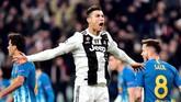 Cristiano Ronaldo merayakan gol pertama bersama rekan setim. Gol tersebut seolah membangkitkan semangat para pemain Juventus. (REUTERS/Massimo Pinca)