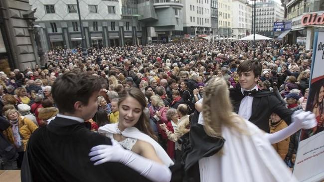 Tradisi Carnival and the Ballyang digelar di Wina, Austria, setiap bulan November.(ALEX HALADA / AFP)