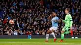 Man City mencetak gol keempat pada menit ke-56. Umpan Leroy Sane diselesaikan Raheem Sterling. (REUTERS/Phil Noble)