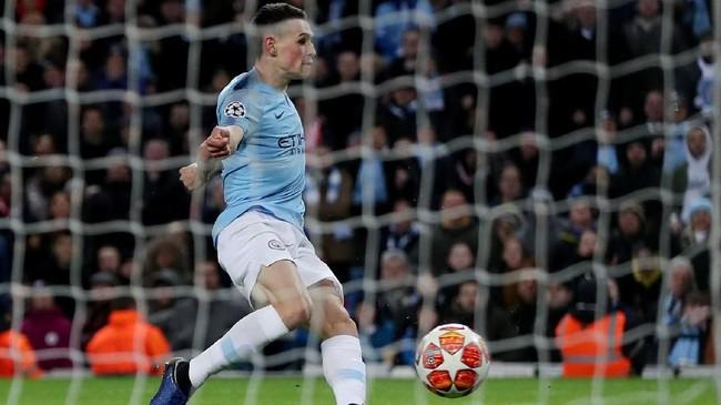 Pemain muda Man City Philip Foden turut meramaikan pesta gol di Stadion Etihad pada menit ke-78. Foden menerima umpan dari Sane dan melewati Fahrmann sebelum melepaskan sepakan kaki kiri. (Action Images via Reuters/Lee Smith)