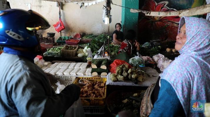 Pedagang menjajakan dagangannya di pasar Ciputat, Tangerang Selatan, Rabu (13/3). Pemerintah menyiapkan anggaran sebesar Rp 1,1 triliun untuk merevitalisasi setidaknya 1.037 pasar rakyat (tradisional) di tahun ini. (CNBC Indonesia/Muhammad Sabki)