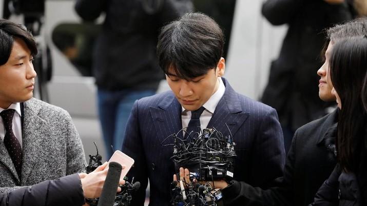 Seungri, anggota band K-pop Korea Selatan Big Bang, tiba untuk ditanyai atas kasus suap seks di Kantor Polisi Metropolitan Seoul di Seoul, Korea Selatan, 14 Maret 2019. (REUTERS / Kim Hong-Ji)