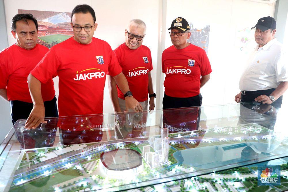 Gubernur Anies Baswedan didampingi Direktur Jakpro Dwi Wahyu Daryono melihat maket Stadion Jakarta Internasional Stadion, Jakarta Utara, Kamis (14/3). Stadion yang awalnya akan dibangun bernama stadion BMW (Bersih Manusiawi Wibawa) menjadi Jakarta Internasional Stadium. (CNBC Indonesia/Muhammad Sabki)