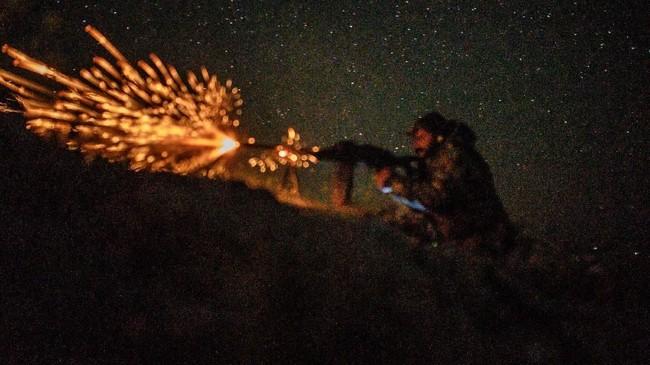 Pertempuran pasukan koalisi dipimpin AS di basis terakhir perlawanan ISIS sangat sengit. Para militan mencoba mempertahankan wilayah mereka setelah 3000 anggota mereka menyerah. (Photo by BULENT KILIC / AFP)