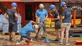 Kapal ini menjadi induk dari misi tim peneliti Misi Nekton asal Inggris yang akan menjelajah Samudera Hindia. Mereka ingin mendokumentasikan perubahan di bawah laut dan pengaruhnya pada perubahan iklim. Tampak para peneliti tengah menyiapkan alat pengukur air, CTD. (AP Photo/David Keyton)