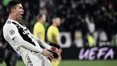 Cristiano Ronaldo meniru selebrasi kontroversial 'cojones' yang pernah dilakukan pelatih Atletico Madrid, Diego Simeone. Ronaldo cetak hattrick membawa Juventus kalahkan Atletico pada leg kedua di Turin. (Photo by Marco BERTORELLO / AFP)