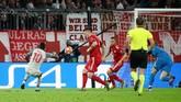 Sadio Mane dengan cermat dan jeli memanfaatkan peluang mencetak gol pada menit ke-26 melihat posisi Manuel Neuer yang maju mendekati garis kotak penalti. (REUTERS/Michael Dalder)