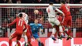Virgil Van Dijk menanduk bola kiriman James Milner dari situasi sepak pojok dan berakhir dengan gol yang membuat skor menjadi 2-1 pada menit ke-69. (REUTERS/Andreas Gebert)