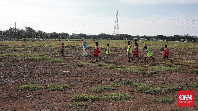 Warga berjalan di Kawasan Taman Bersih Manusiawi Wibawa (BMW) yang kelak akan menjadi lokasi JIS. (CNN Indonesia/Andry Novelino)