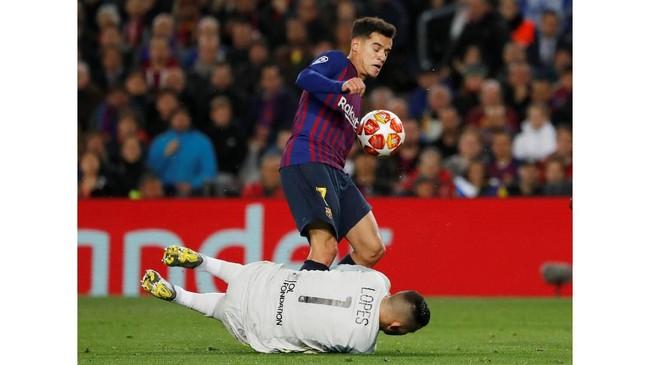 Kiper Anthony Lopes bertabrakan dengan Coutinho dan harus digantikan beberapa saat kemudian oleh Mathieu Gorgelin. (REUTERS/Susana Vera)