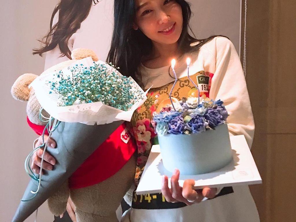 Cake berwarna biru yang cantik ini jadi kado spesial untuk Lee Su Jin. Cantik ya? Foto: Instagram@sjeuro