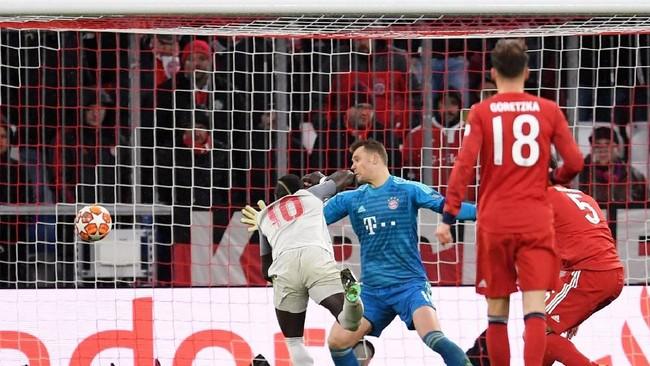 Mane mencetak gol ketiga Liverpool pada menit ke-84 sekaligus mengubah skor menjadi 3-1 dengan sundulan memanfaatkan umpan Mohamed Salah. (REUTERS/Andreas Gebert)