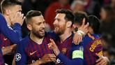 Lionel Messi merayakan kemenangan Barcelona atas Lyon bersama Jordi Alba. (REUTERS/Susana Vera)