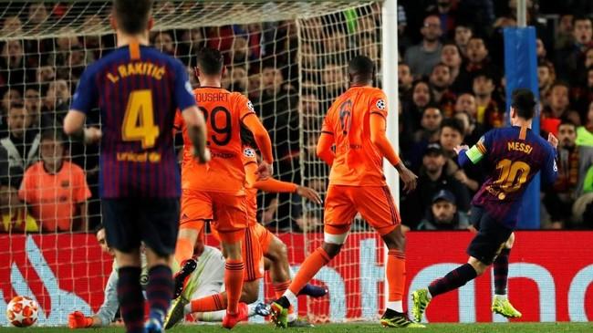 Di saat Lyon memiliki momen bangkit dan mulai berani menyerang, Messi kemudian mencetak gol kedua dalam pertandingan ini dan membuat Barcelona unggul 3-1 pada menit ke-81. (REUTERS/Susana Vera)