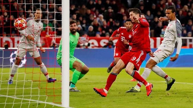 Memasuki menit ke-36 Bayern Munchen menyamakan kedudukan setelah Joel Matip melakukan gol bunuh diri. Bola yang dikirim Serge Gnabry kepada Robert Lewandowski justru dibelokkan arahnya oleh Matip ke gawang sendiri. (Action Images via Reuters/Andrew Boyers)