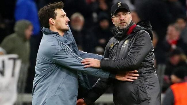 Mats Hummels dan Klopp bersalaman usai laga antara Bayern Munchen dan Liverpool. Hummels dan Klopp pernah bekerja sama ketika masih berada di Borussia Dortmund. (REUTERS/Michael Dalder)