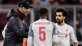 Klopp memberi instruksi kepada Georginio Wijnaldum dan Salah di tengah pertandingan. (REUTERS/Andreas Gebert)