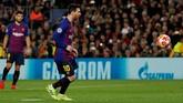 Lionel Messi melepaskan penalti ala panenka untuk membuka kemenangan Barcelona. Wasit Szymon Marciniak memberi penalti untuk Barcelona setelah menganggap Jason Denayer melanggar Luis Suares. (REUTERS/Susana Vera)