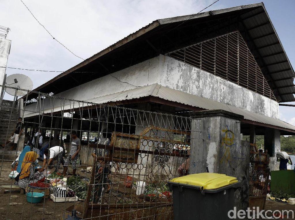 Bangunan fisik Tempat Pelelangan Ikan (TPI) Labuan Bajo di Nusa Tenggara Timur terlihat sangat tidak terawat dan kumuh.