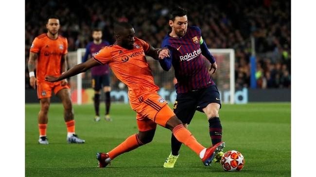 Barcelona tampil menyerang sejak menit awal ketika menjamu Lyon yang mampu bertahan cukup solid. Aksi Lionel Messi mendapat kawalan dari Tanguy Ndombele. (REUTERS/Susana Vera)