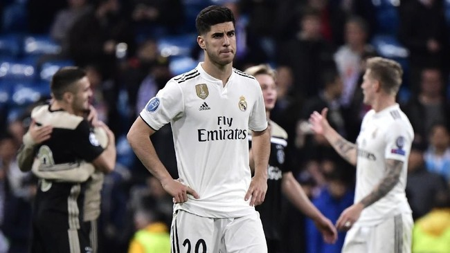 Sang juara bertahan, Real Madrid, tersingkir dari babak 16 besar Liga Champions 2018/2019 setelah kalah 1-4 dari Ajax Amsterdam di leg kedua atau agregat 3-5. (Photo by JAVIER SORIANO / AFP)