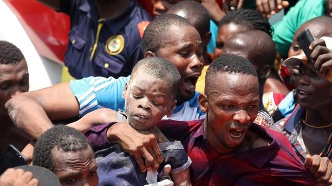 Diperkirakan ada sekitar 100 anak dan orang dewasa lainnya terjebak dalam reruntuhan. (REUTERS/Temilade Adelaja)