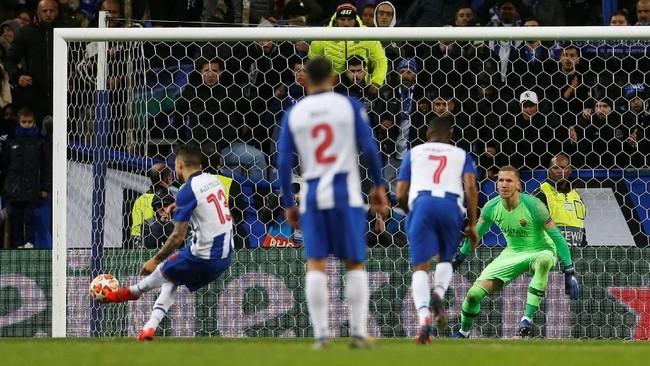Gol tendanganpenalti Alex Telles menjadi penentu FC Porto lolos ke perempat final Liga Champions 2018/2019. The Dragons menyingkirkan AS Roma dengan skor 3-1 di leg kedua setelah kalah 1-2 di leg pertama. (REUTERS/Pedro Nunes)