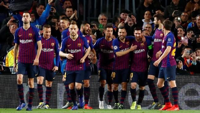 Gol pertama Messi mendapat sambutan meriah dari pemain-pemain Barcelona. (REUTERS/Juan Medina)