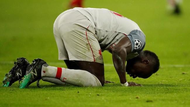 Selebrasi Sadio Mane sujud di lapangan usai membawa Liverpol lolos ke perempat final. The Reds menang 3-1 atas Munchen di Allianz Arena setelah leg pertama imbang tanpa gol. (Reuters/Andrew Boyers)