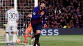 Gerard Pique mencetak gol keempat Barcelona setelah menerima umpan Messi, hanya tiga menit setelah La Pulga mencetak gol kedua. (REUTERS/Juan Medina)