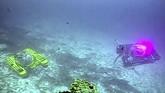Sebelumnya, transmisi video secara real time dari laut terdalam dunia disiarkan secara langsung dari kapal selam tak berawak secara remote menggunakan kabel serat optik ( fixed fiber optic). (Nekton via AP)