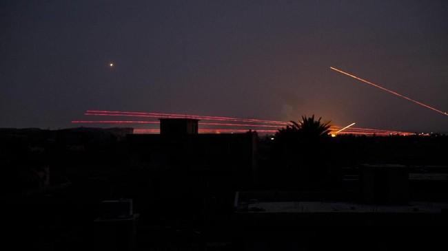 Serangan udara juga terus dilakukan untuk menaklukkan basis pertahanan terakhir ISIS. (AP Photo/Maya Alleruzzo)
