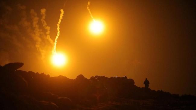Serangan terhadap basis pertahanan terakhir ISIS di Desa Baghouz, Provinsi Deir Al Zor, Suriah dilakukan siang malam. (REUTERS/Rodi Said)