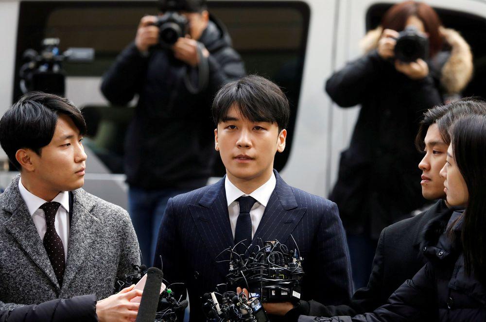 Seungri anggota boy band K-pop BIGBANG, tiba di kantor kepolisian Seouluntuk memenuhi panggilan kepolisian guna penyelidikan terkait kasus prostitusinya. (REUTERS / Kim Hong-Ji)