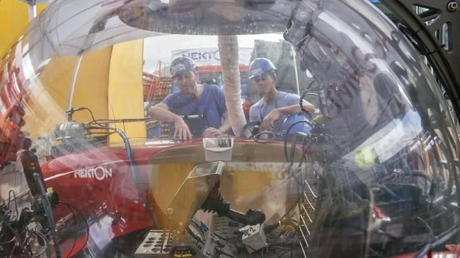 Para teknisi tengah mengecek kapal selam untuk dua penumpang yang di bawa oleh Ocean Zephyr. Samudra Hindia adalah lautan yang paling misterius di dunia lantaran jarang dieksplorasi.(AP Photo/David Keyton)