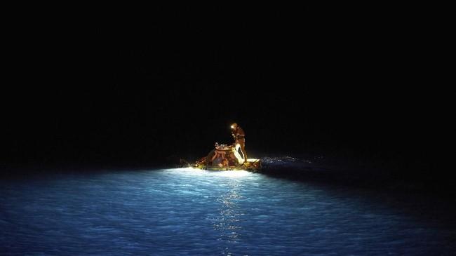 Kapal ini tidak hanya melakukan misi penelitian biasa, mereka juga menerjunkan kapal selam berisi dua orang yang akan melakukan videa live streaming perdana mereka dari bawah laut.(AP Photo/David Keyton)