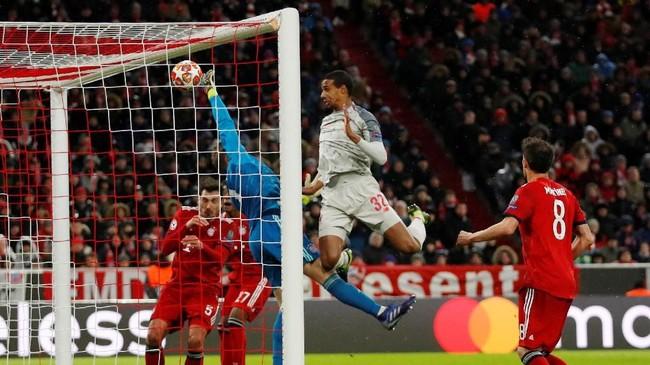 Neuer melakukan aksi penyelamatan yang menghindarkan Bayern Munchen kebobolan dari peluang yang dibuat Liverpool. (Action Images via Reuters/Andrew Boyers)