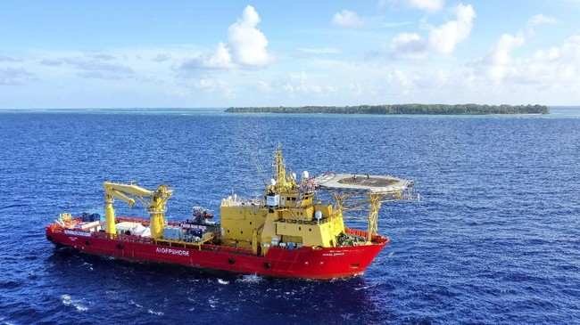 Ini adalah kapal Ocean Zephyr yang membawa misi eksplorasi kapal selam bawah laut ketika mempersiapkan misi mereka di kepulauan Alphonse, di Seychelles, Afrika Timur, Sabtu (9/3)(AP Photo/Steve Barker)