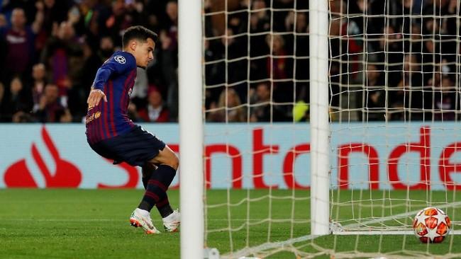 Philippe Coutinho mencetak gol kedua Barcelona dengan cukup mudah setelah menerima umpan dari Luis Suarez. (REUTERS/Susana Vera)
