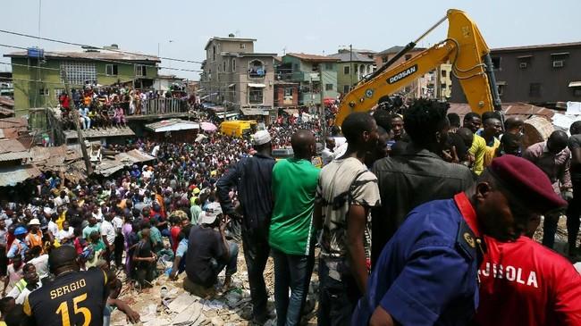 Sebuah gedung empat lantai yang terdapat sekolah di dalamnya di Ibu Kota Lagos, Nigeria, roboh. (REUTERS/Afolabi Sotunde)