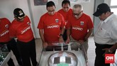 Gubernur DKI Jakarta, Anies Baswedan, melihat maket Jakarta International Stadium (JIS) sebelum meresmikan pembangunan stadion tersebut, Kamis (14/3). CNN Indonesia/Andry Novelino