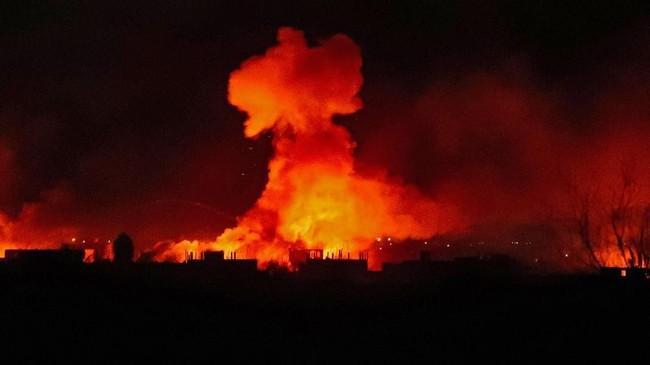 Pasukan koalisi Kurdi-AS (SDF) mengerahkan serangan infrantri dan artileri untuk merebut Desa Baghouz dari kekuasaan ISIS. (Photo by Delil SOULEIMAN / AFP)