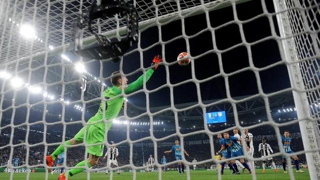 Goal line technology memastikan gol kedua Ronaldo melalui tandukan assist dari Joao Cancelo. Bola sempat ditebis Jan Oblak, namun dinyatakan sudah melewati garis gawang. (REUTERS/Alberto Lingria)